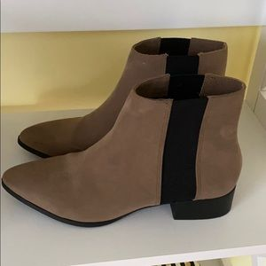 Suede ankle boots with black elastic strip